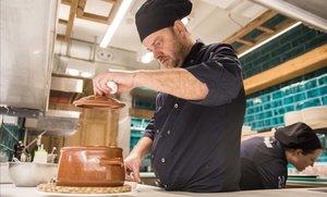 Preparación en la cocina del novísimo Cadaqués.