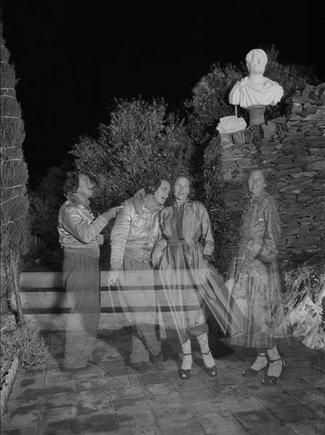 Fragmento de la fotografía de Dalí y Gala en la terraza de su casa en Portlligat hecha por Ricardo Sans en 1951. Ella lleva el abrigo Saint-Ouen diseñado por Dior.