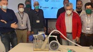 El equipo de Leitat que ha desarrollado el respirador, junto co el dispostivo.