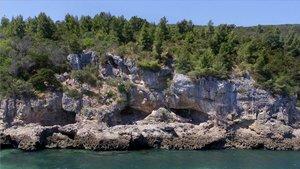 Cueva de Figueira Brava (Arrábida, Portugal), en la cual se ha hallado un alijo de restos de comida de mar consumida por neandertales.