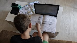 Un alumno haciendo sus deberes.