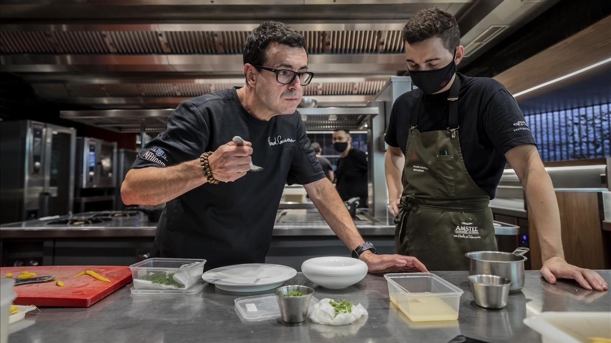 Ricard Camarena prueba un plato junto a uno de sus cocineros tras reabrir su restaurante hace unos días