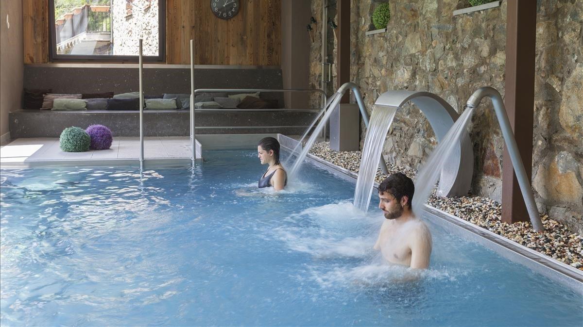 Piscina interior con vistas al exterior, en el hotel Banys de Sant Vicenç, en Pont de Bar (Alt Urgell).