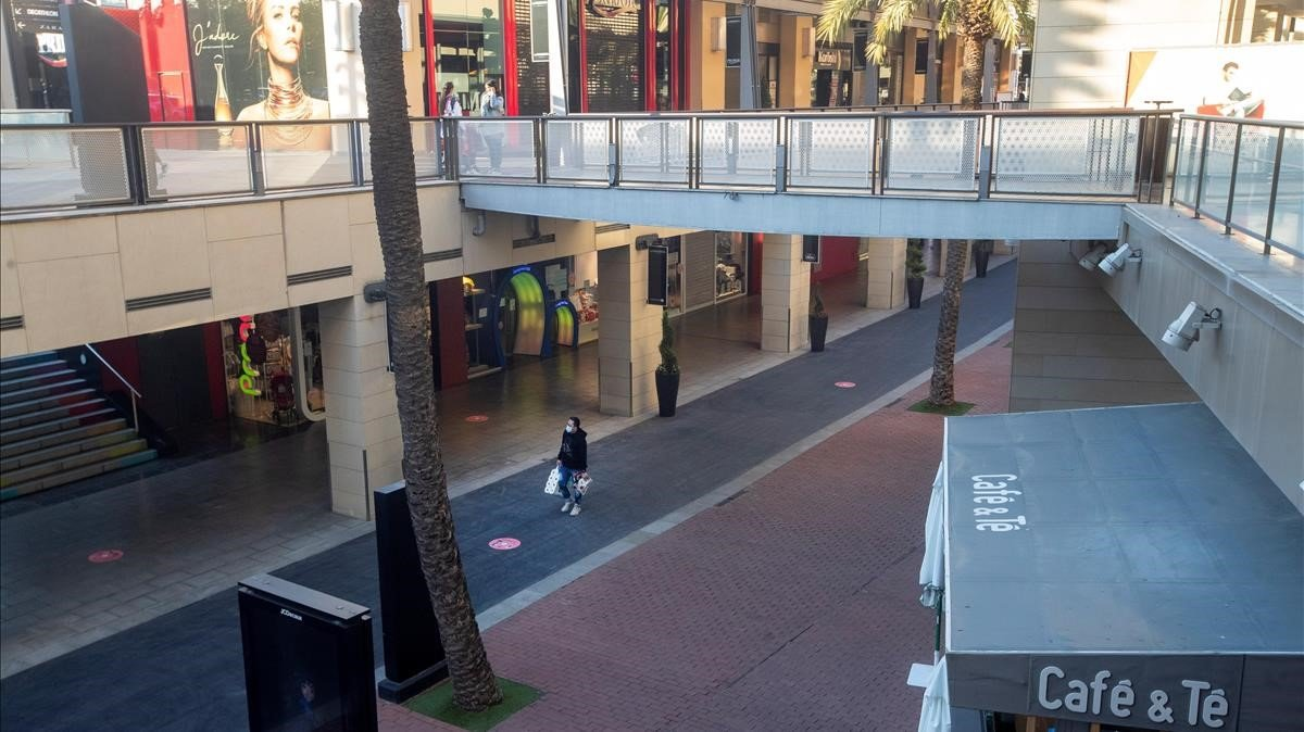 Botigues dels centres comercials de Catalunya demanen obrir dilluns
