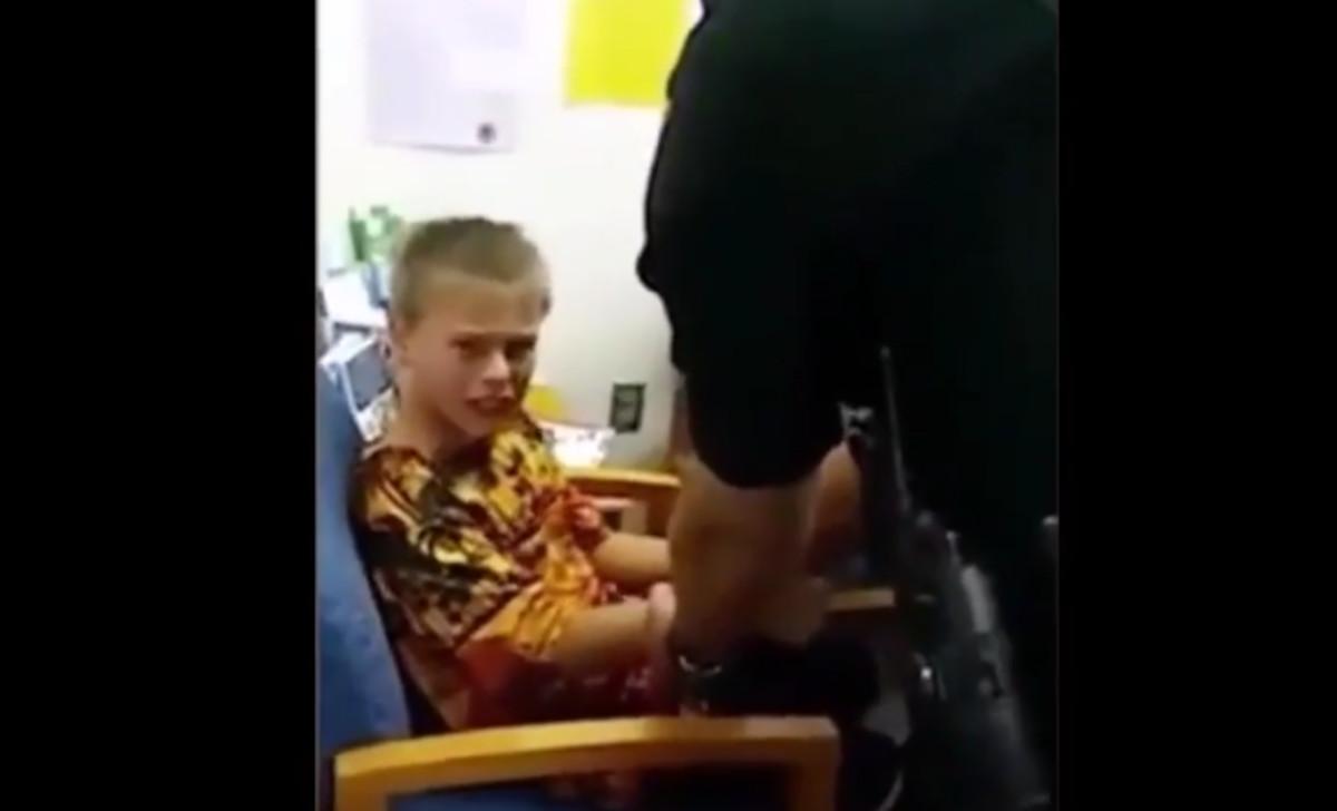 El pequeño John Benjamin en el momento de ser detenido por la policía.