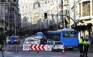 Restricciones 8 Dos policías municipales controlan el acceso de vehículos a la Gran Vía madrileña.