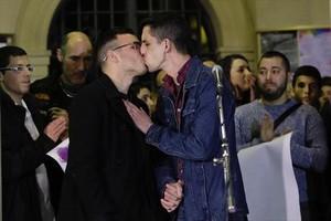 Andy y Jorge se besan, ayer, en la concentración de protesta en la plaza de Sant Pere de Berga.