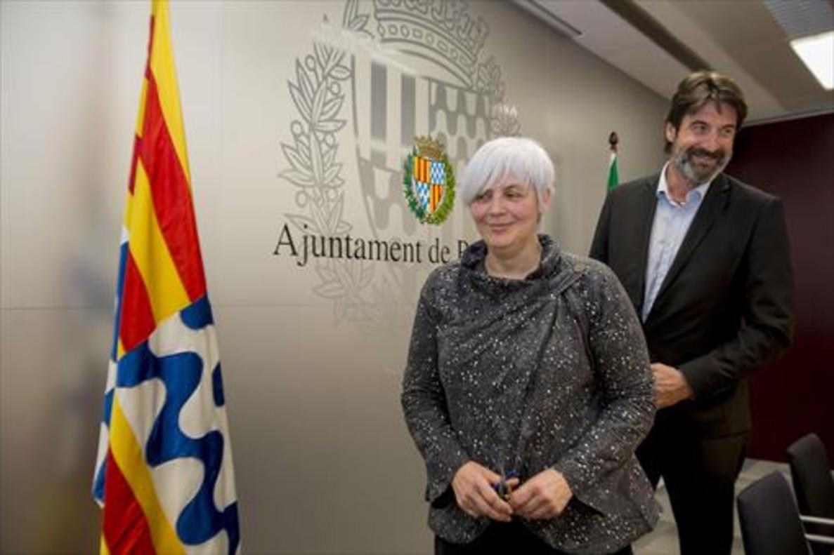 La alcaldesa de Badalona, Dolors Sabater, y Jordi Villacampa, acuden a la sala de prensa para anunciar el pacto..