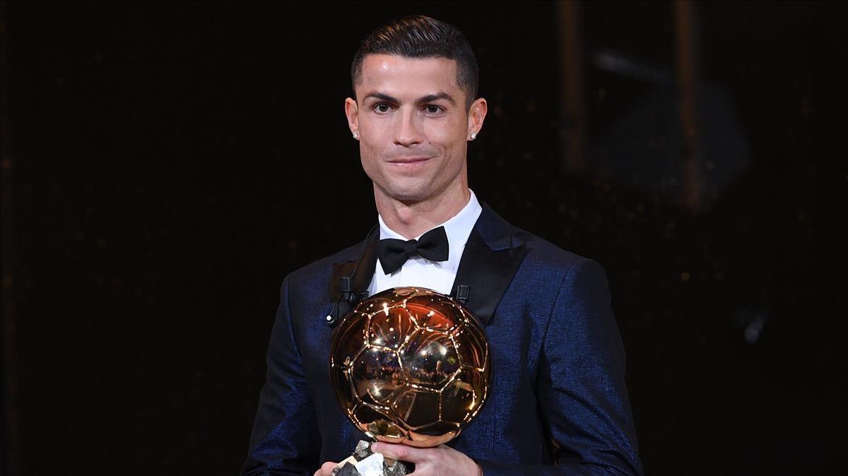 Cristiano Ronaldo posa en la Torre Eiffel de París con su quinto Balón de Oro.