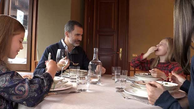 50 aniversari del rei Felip VI: Elionor es crema amb la sopa