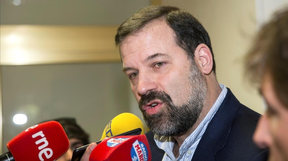 Alfonso Reyes, presidente de la ABP, atiende a la prensa tras la reunión con la ACB