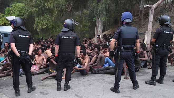 155 migrants salten la tanca a Ceuta en la primera incursió en grup en un any