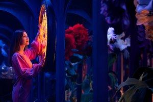 Una chica posa en el laberinto de espejos de Alicia.