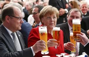 DOM04 INGOLSTADT (ALEMANIA), 22/04/2016.- La canciller alemana Angela Merkel (c), junto al ministro de Agricultura y Alimentación alemán, Christian Schmidt (i), brinda con cerveza mientras participa en una ceremonia con motivo del 500 aniversario de la Ley de la pureza de 1516, en Ingolstadt, Alemania, hoy, 22 de abril de 2016. La ley, considerada la primera regulación legal de un alimento, establece que la cerveza sólo debe elaborarse a partir de agua, cebada malteada y lúpulo. EFE/Michaela Rehle