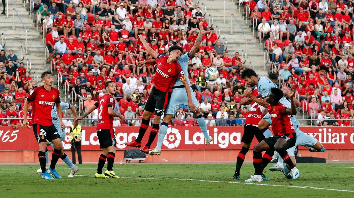 Diego Costa (d) remata para marcar el primer gol del Atlético en Mallorca.