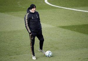 Zinedine Zidane, técnico del Madrid, durante el entrenamiento de este viernes.
