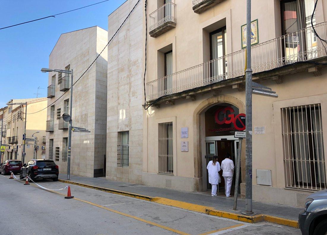 Dos profesionales sanitarias entran en la residencia de la Fundació Consorts Guasch, el día 19.