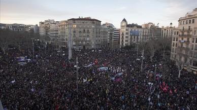"""Marea feminista en Barcelona: """"El machismo huele a muerto"""""""