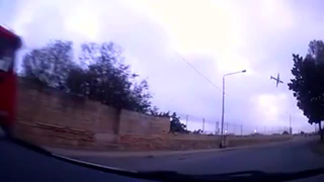 La càmera d'un cotxe capta el moment en què s'estavella un avió a Malta.