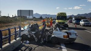Imagen de archivo de un accidente de tráfico en la AP-7, a su paso por Amposta, el verano del 2016.