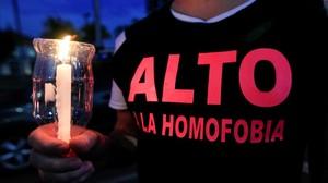 Un activista por los derechos de los homosexuales sostiene una vela encendida en recuerdo de las víctimas de Orlando.
