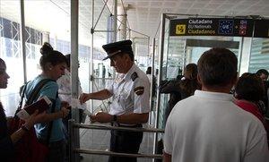 Agentes de la Policía Nacional, en un control de pasaportes del aeropuerto Josep Tarradellas El Prat de Barcelona.