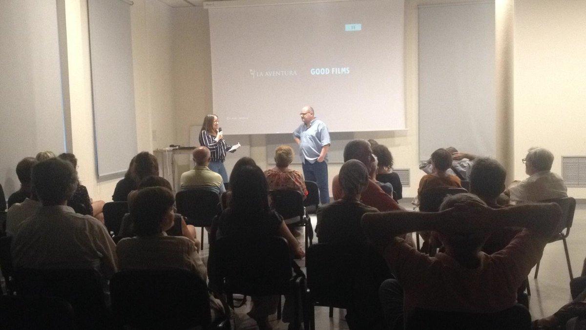Anna Fernàndez, de la productora Clack, conversa con Sàgar Male, de Mapasonor, al presentar la película 'Los informes sobre Sarah y Saleem', este martes en el Cafè de Mar de Mataró.
