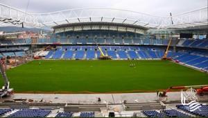 Panorámica del estadio de Anoeta, con el nuevo césped totalmente colocado.