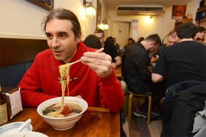 Antonio Lobo, con los pertinentes tallarines japoneses entre los palillos, en el restaurante Ramen de Barcelona