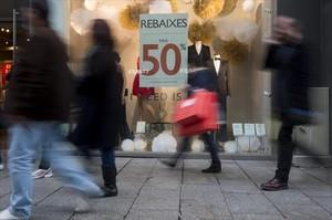 Anuncio de rebajas, en un comercio del Portal de lÀngel de Barcelona.