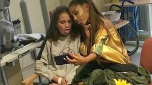 Ariana Grande, junto a una de las heridas en el atentado, durante la visita al hospital.