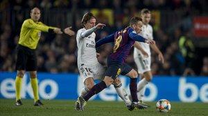 Arthur recbe la falta de Modric ante la mirada de Mateu Lahoz.