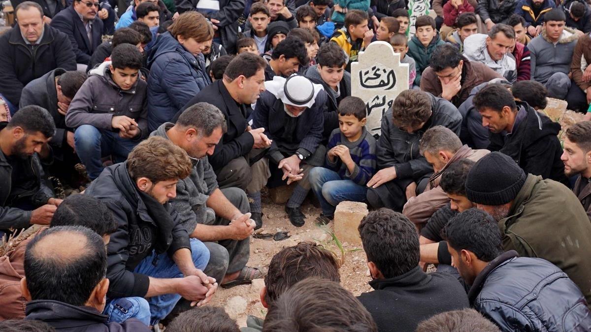 Asistentes al funeral de los activistas Raed Fares y Hamoud Jnaid, en la aldea de Kafranbel, en Siria.