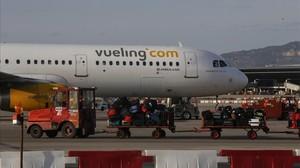 Un avión de Vueling en el aeropuerto de El Prat.