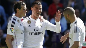 Bale, Cristiano y Benzema celebran un gol al Granada en el Bernabéu.