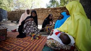 Familiares consuelan a la madre de una de las 110 niñas desaparecidas tras el ataque de Boko Haram a una escuela de Dapchi, en Nigeria, el 24 de febrero.