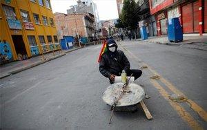 Negocios cerrados y calles abandonadas en Bolivia.
