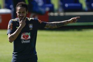 Neymar entrena con sus compañeros para enfrentar los amistosos FIFA antes de iniciarse la Copa América en Brasil.