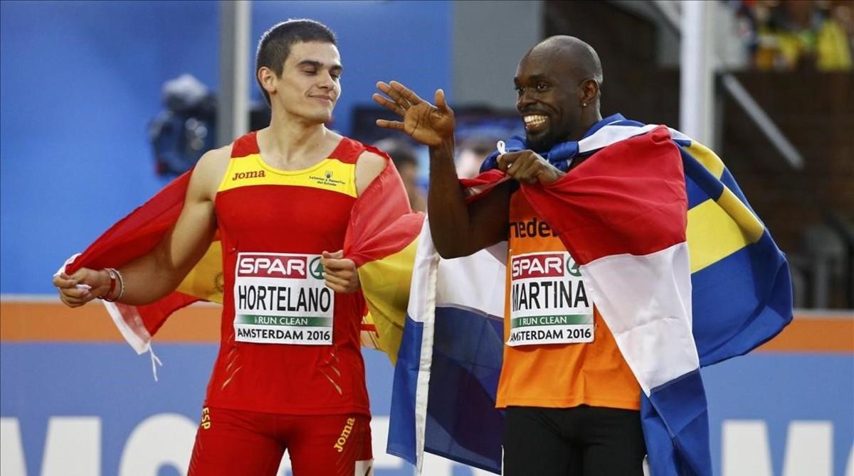 Bruno Hortelano (izquierda) comenta la final de 200 metros con Churandy Martina, antes de conocerse la descalificación del atleta holandés.