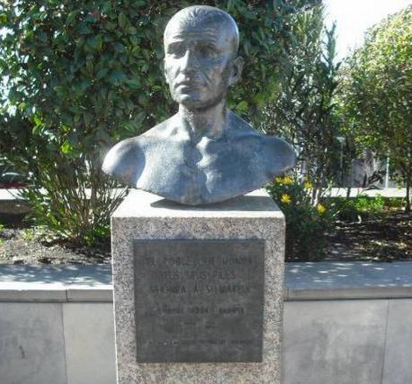 Busto escultórico de Llorenç Serra en Santa Coloma de Gramenet.