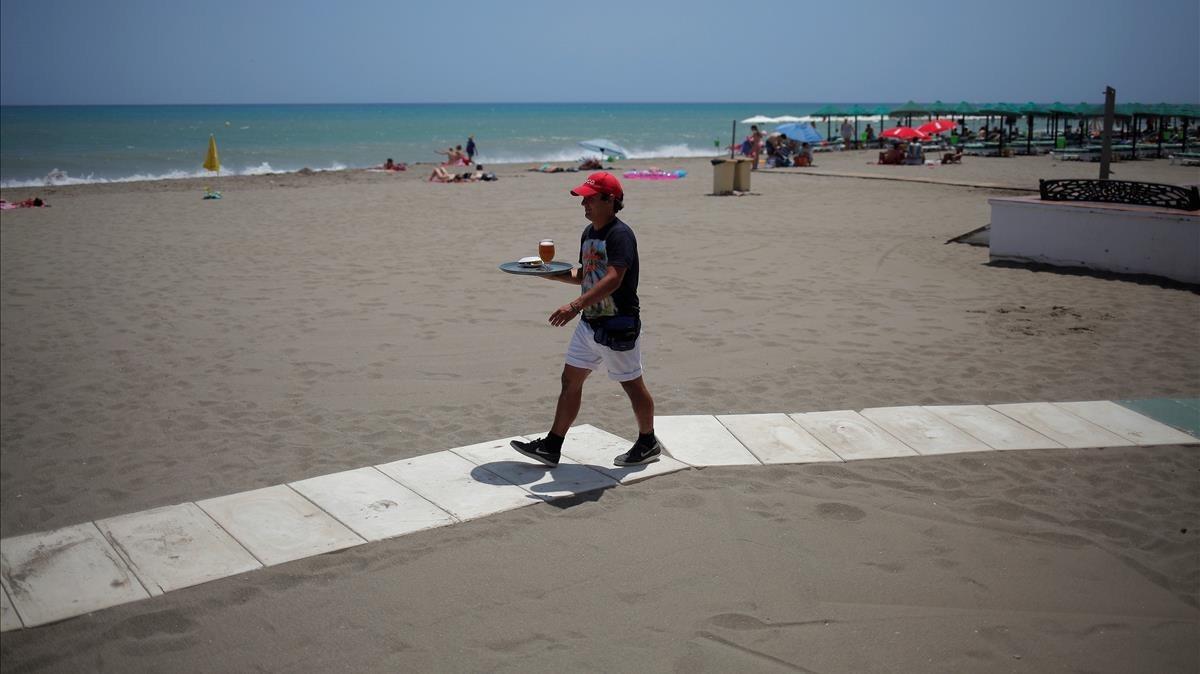 Camarero en la playa de Torremolinos.