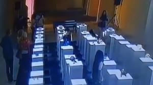 Captura del momento en el que la joven destroza la exposición.