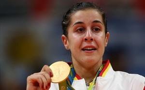 Carolina Marín llora en el podio con el oro olímpico colgado.