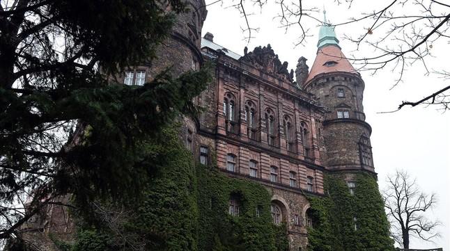 El castillo Ksiaz, bajo el cual se sospecha que podría estar el tren del oro nazi, según los cazatesoros polacos.