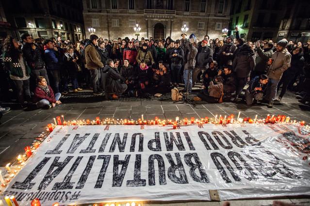 Concentración de protesta en la Plaça Sant Jaume después de la emisión de Ciutat Morta.