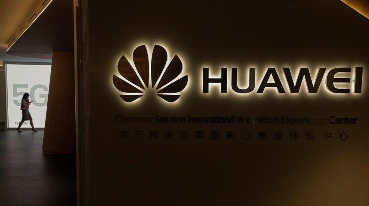 Centro de Huawei en Madrid con carteles de 5G.