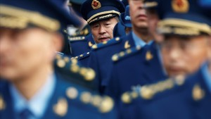 Delegados uniformados antes de entrar en la Asamblea Nacional Popularen Pekín.