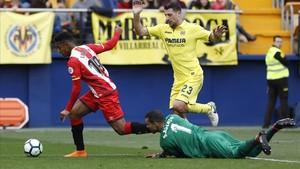El Choco Lozano se va de Asenjo en una gran ocasión de gol del Girona.