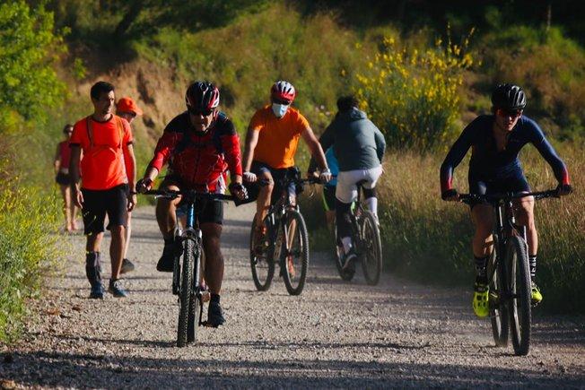 Ciclistas en la Carretera de les Aigües.