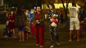 Ciudadanos salen a la calle tras el terremoto, en la ciudad de México.